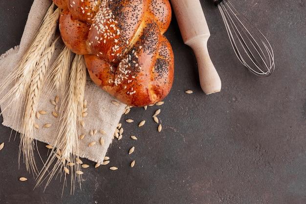 Pasticceria con grano e mattarello Foto Gratuite
