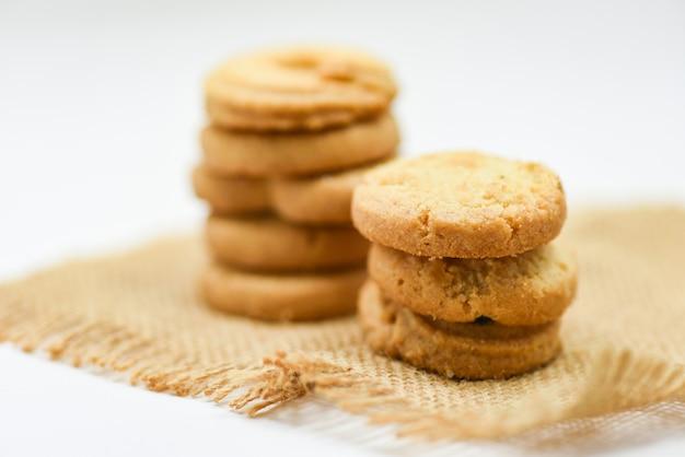Pasticceria dei biscotti di burro sul sacco su fondo bianco Foto Premium