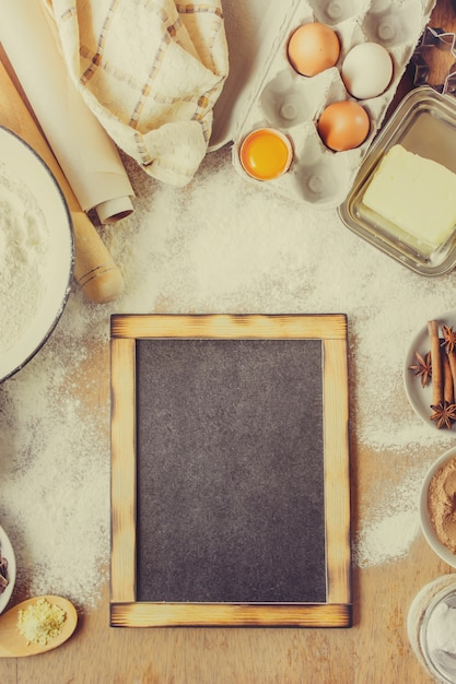 Pasticceria, torte, cucinare le proprie mani. messa a fuoco selettiva Foto Premium
