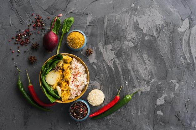 Pasto sano di riso con ingredienti sulla superficie ruvida del cemento Foto Gratuite