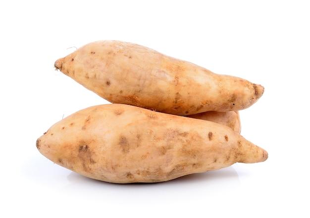 Patata dolce isolata su bianco Foto Premium