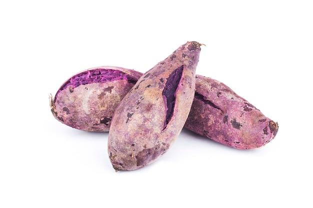 Patate dolci viola su bianco Foto Premium