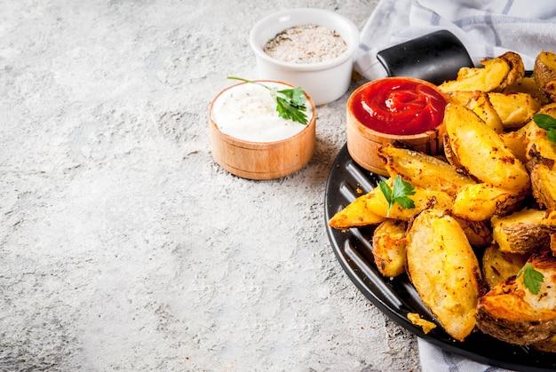 Patate fritte al forno con salse Foto Premium