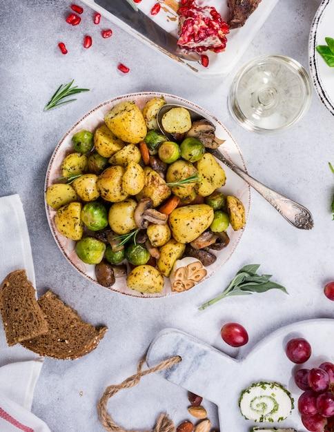 Patate fritte con verdure Foto Premium