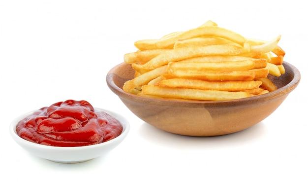 Patate fritte e salsa di pomodori su bianco. Foto Premium