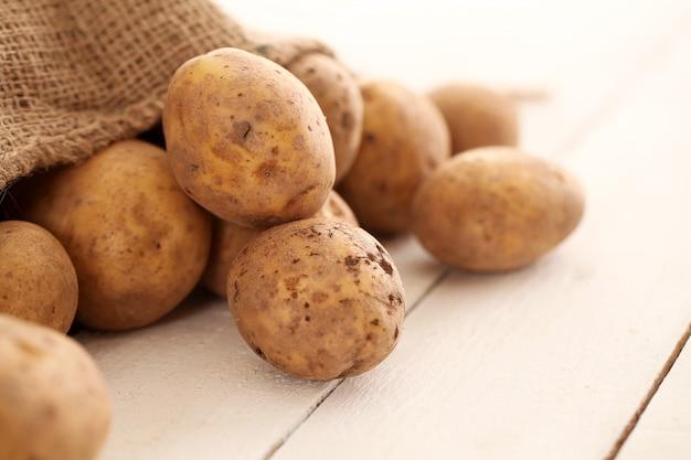 Patate non sbucciate rustiche su una tabella Foto Gratuite