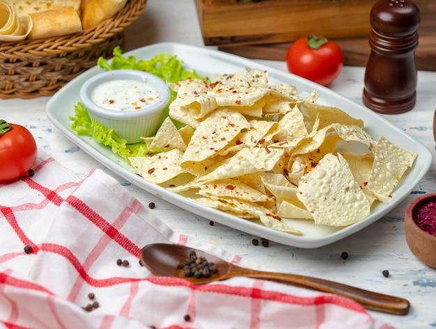 Patatine croccanti al lavash con salsa di maionese alle erbe e panna acida Foto Gratuite