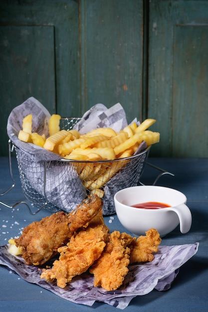 Patatine fritte di pollo con patate fritte Foto Premium