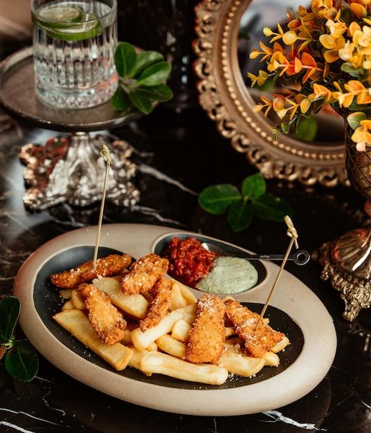 Patatine fritte e crocchette di pollo croccanti Foto Gratuite