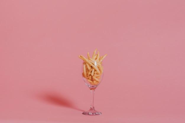 Patatine fritte su rosa Foto Gratuite