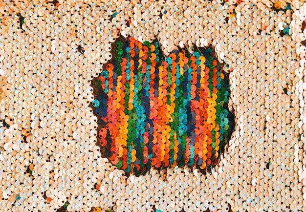 Patch multicolore di paillettes circondate da paillettes dorate Foto Gratuite