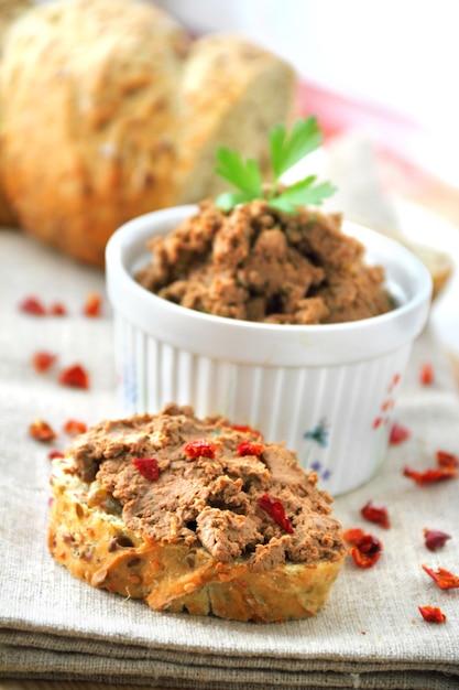 Patè di fegato alla paprika con fette di pane integrale Foto Premium