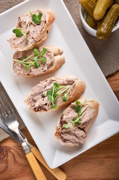 Patè di fegato di pollo con panini al porto gelatina e cucambres. Foto Premium