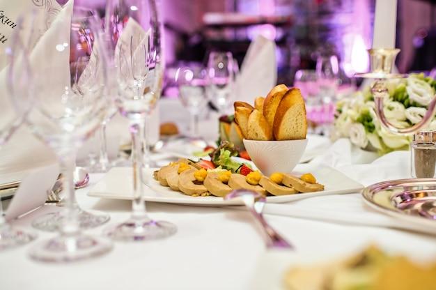 Patè di foie gras con cracker e frutti di bosco. banchetto in un lussuoso ristorante Foto Premium