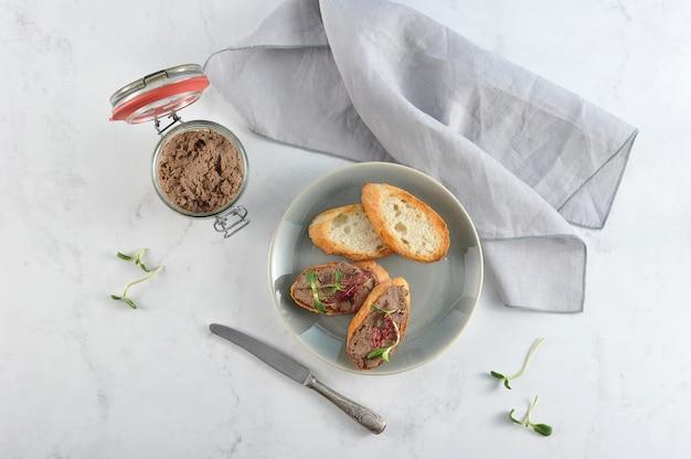 Patè fatto in casa in barattolo di vetro e toast tostato Foto Premium