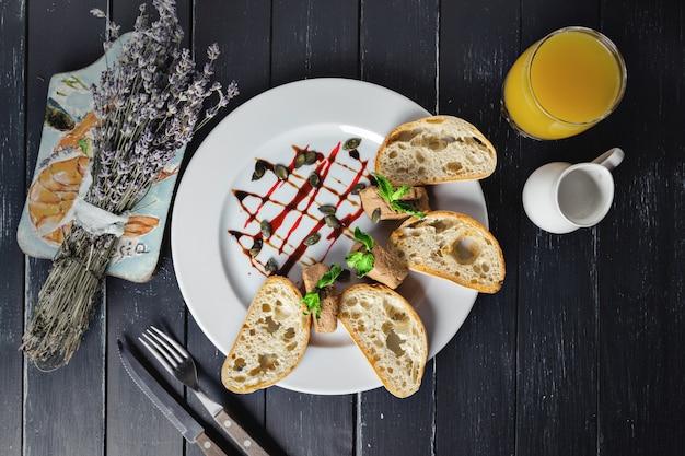 Patè fresco con pane Foto Premium