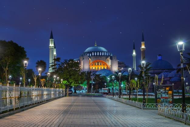 Pavimentazione di fronte alla moschea blu di notte Foto Premium