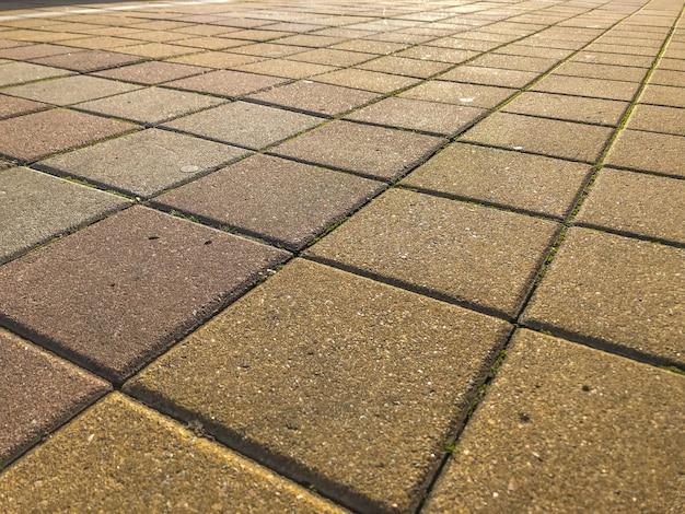 Pavimentazione quadrata, vicolo del terrapieno del fiume. Foto Premium