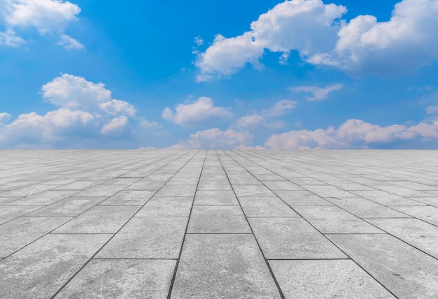 Pavimenti in asfalto e piastrelle quadrate sotto il cielo blu e