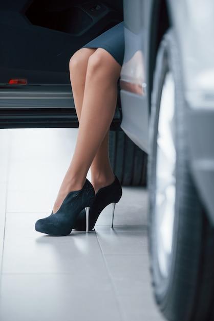 Pavimento bianco. foto ritagliata di una donna con i tacchi