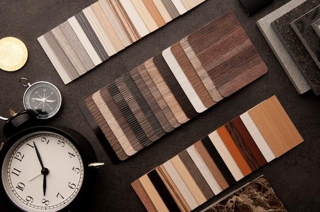Pavimento con struttura in legno campioni di piastrelle laminate e viniliche Foto Premium