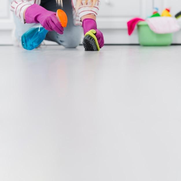 Pavimento pulizia donna copia-spazio Foto Gratuite