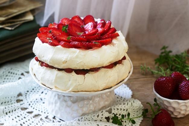 Pavlova meringa torta fatta in casa con fragole e panna Foto Premium