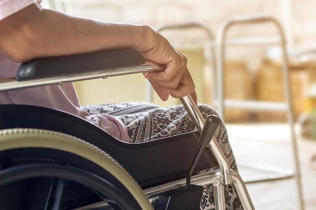 Paziente asiatico o anziano della donna della signora anziana sulla sedia a rotelle, concetto medico sano Foto Premium