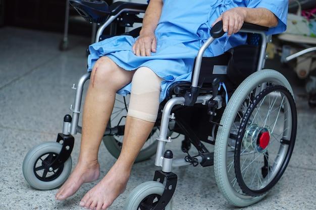 Paziente asiatico o anziano della donna della signora anziana sulla sedia a rotelle elettrica all'ospedale di cura Foto Premium