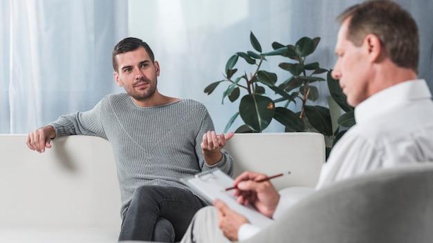 Paziente con terapista Foto Gratuite