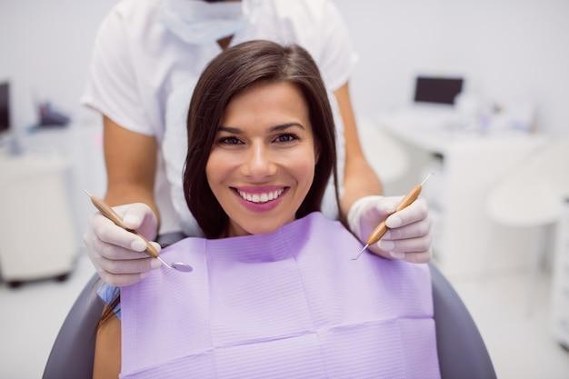 Paziente femminile che sorride nella clinica Foto Gratuite
