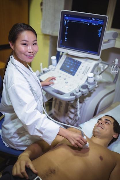Paziente maschio che riceve un'ecografia sul torace Foto Gratuite