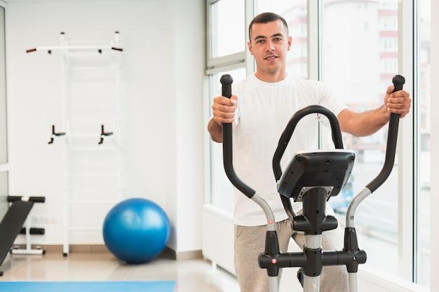 Paziente maschio facendo esercizi medici Foto Gratuite
