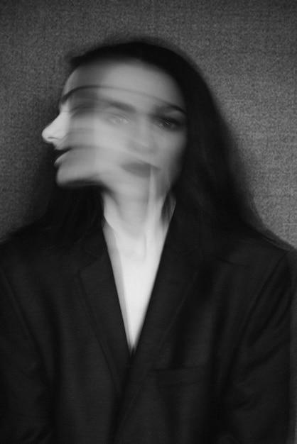 Pazzo ritratto di ragazza con disturbi mentali e doppia personalità Foto Premium