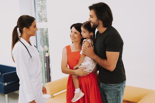 Pediatra amichevole parla con madre e padre Foto Premium