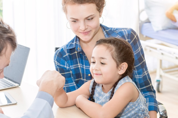 Pediatra (medico) uomo dando pugno urto Foto Premium
