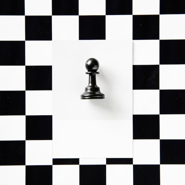 Pedina degli scacchi su un modello Foto Gratuite