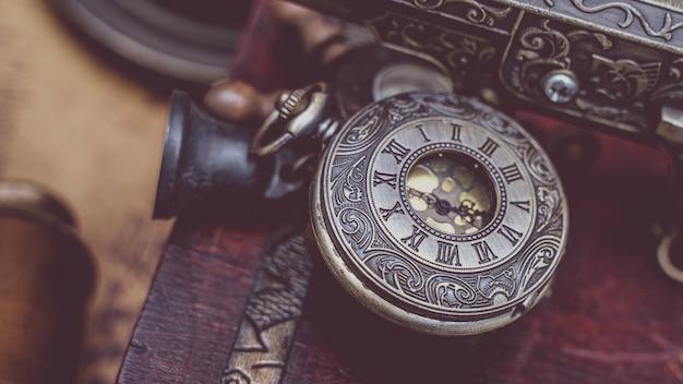 Pendente per orologio in metallo inciso antico Foto Premium