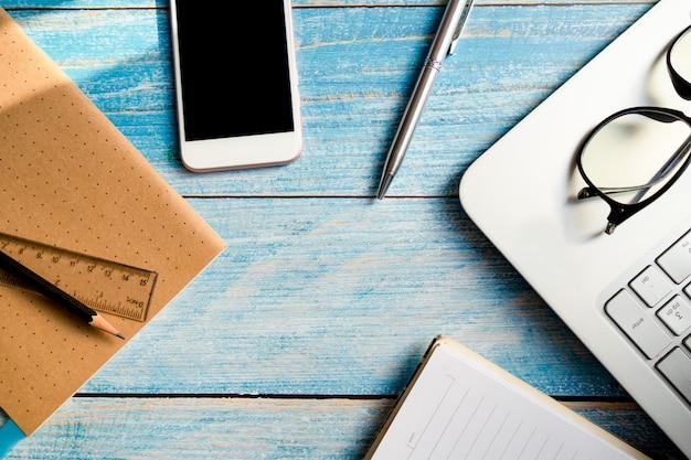 Penna con occhiali e notebook in ufficio Foto Premium