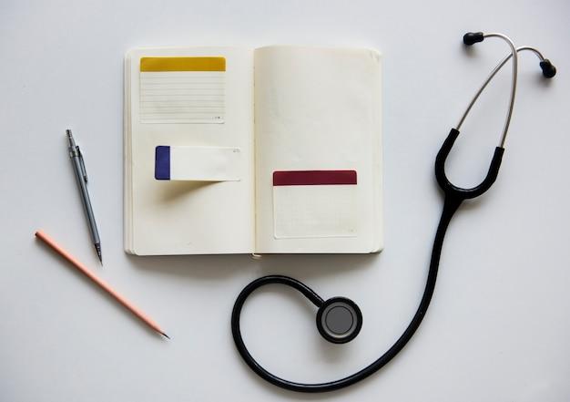 Penna della penna del taccuino del medico dello stetoscopio Foto Premium