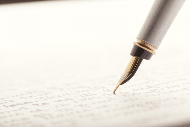Penna stilografica su pagina scritta Foto Premium