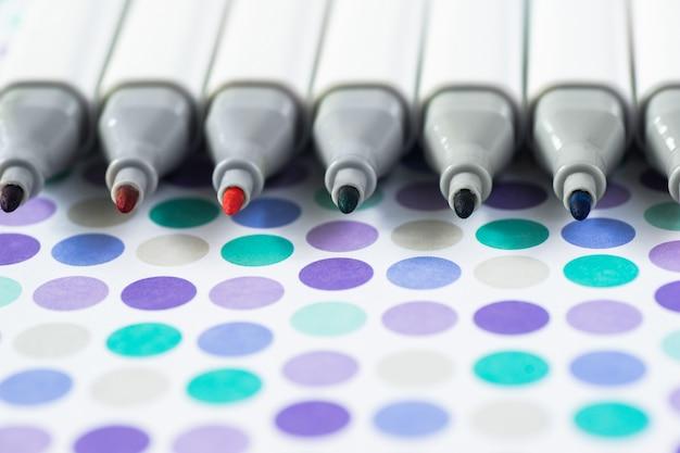 Penne di indicatore di colori isolate su fondo di carta Foto Premium