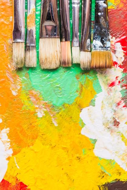 Pennelli su tratti di vernice Foto Gratuite
