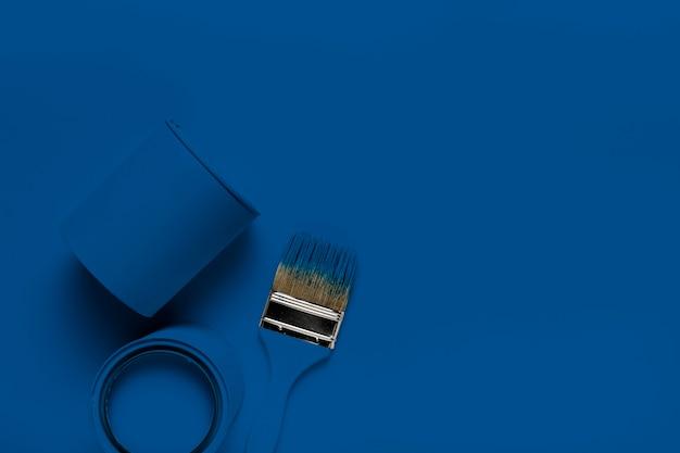 Pennelli vista dall'alto con la classica latta di vernice blu Foto Gratuite