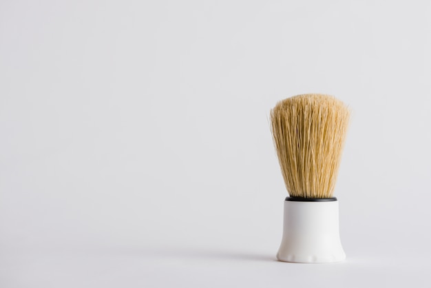 Pennello da barba sintetico su sfondo grigio Foto Gratuite
