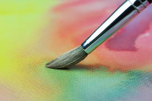 Pennello per dipingere a pastello su carta o su carta bianca Foto Premium