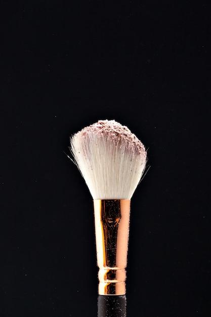 Pennello professionale nero per trucco con polvere rosa Foto Premium