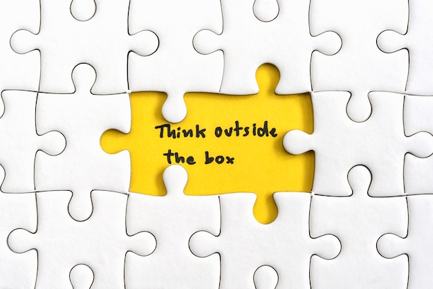 Pensi al di fuori della casella citazioni concetto di business Foto Gratuite