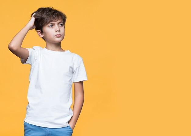 Pensiero del giovane ragazzo di vista frontale Foto Gratuite