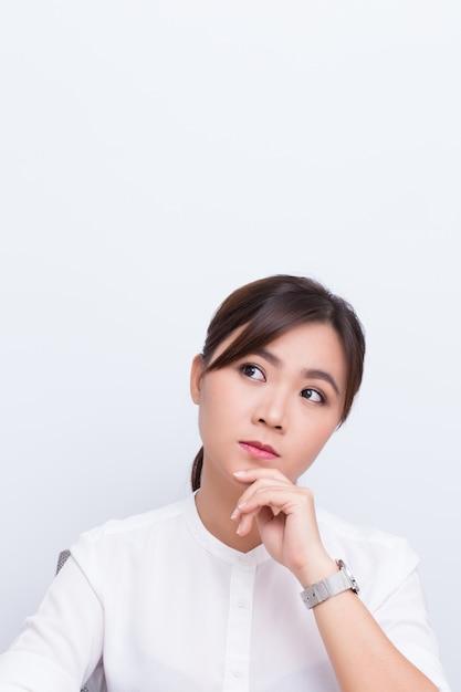 Pensiero della donna asiatica Foto Premium